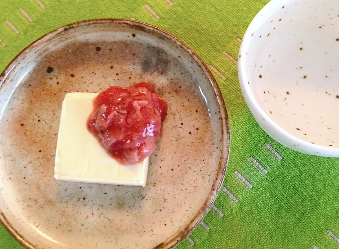 簡単おつまみのクリームチーズと酒盗と緑の布と日本酒