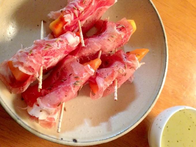 白い器と生ハムと柿の簡単ひとくちおつまみ