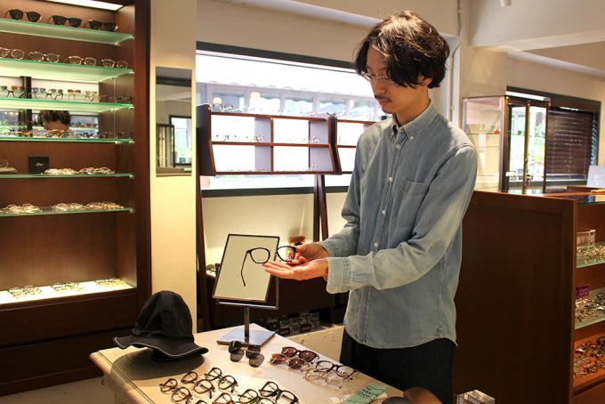 「The PARKSIDE ROOM 吉祥寺(パークサイドルーム)」の店員、志岐さんがメガネをおすすめしているところ
