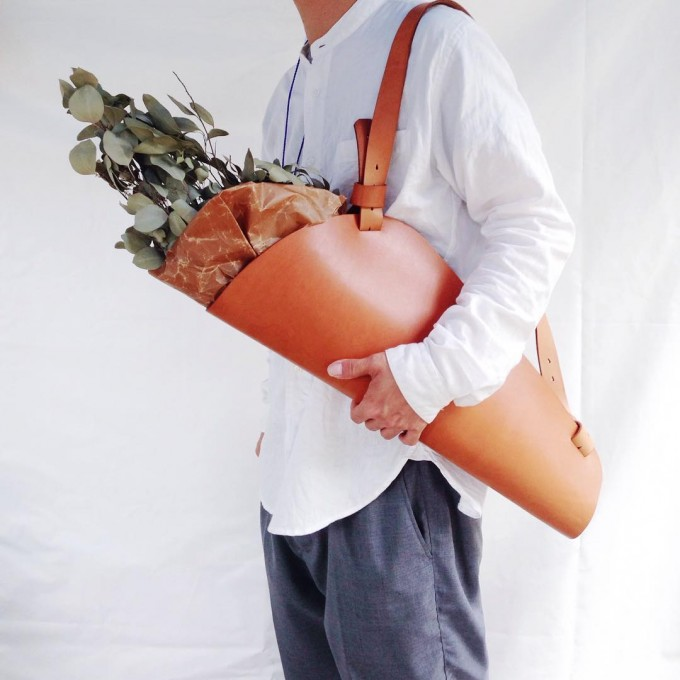 「Lille og Stor(リレ・オ・ストア)」のフラワーバッグをしょっている様子
