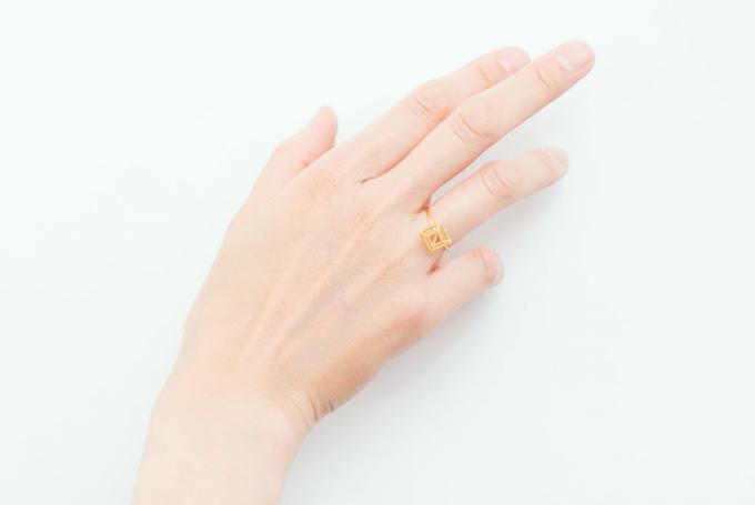 yuの金属を使ったリングを着けた女性の手