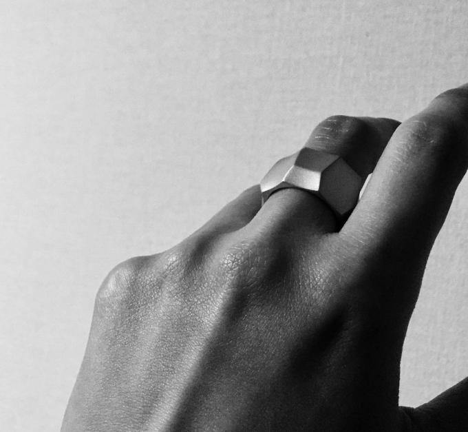「sumiiro(すみいろ)」のリングと手