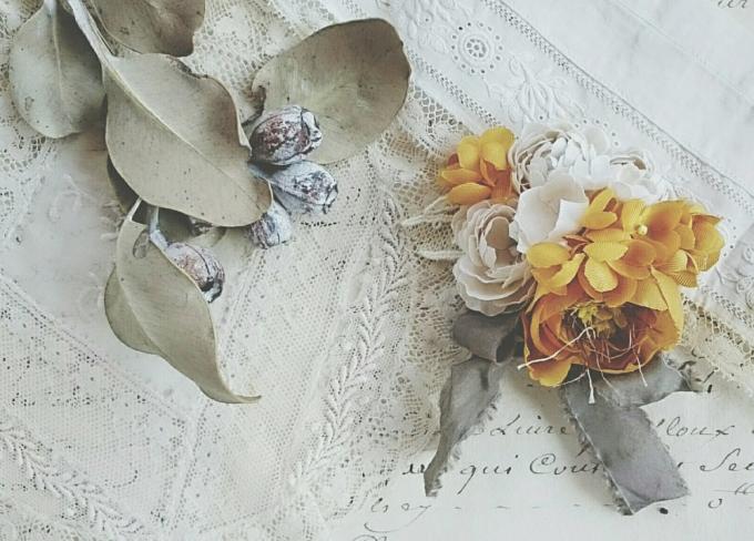 布で花びらを作ったFleuretteのヘアクリップ