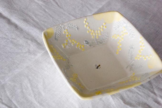 矢板 緑(やいた みどり)さんのミモザとミツバチが描かれたお皿