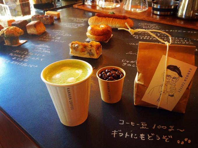 KANNON COFFEE(カンノンコーヒー)の黒板の上に並んだドリンクやお菓子数種類