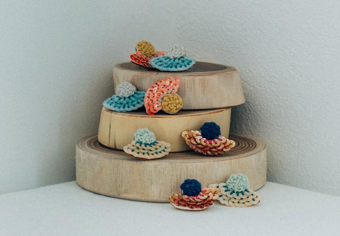刺繍糸、ビーズ、スパンコールで描かれる「aya iiizumi」のアクセサリー