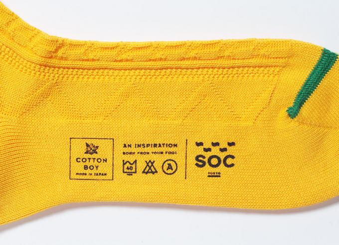 SOC TOKYOのロゴが入った黄色い靴下のフット部分