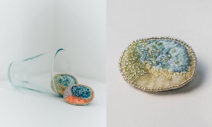刺繍糸、ビーズ、スパンコールで描かれる「aya iiizumi」のブローチ