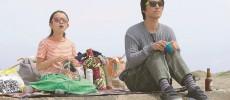 桐谷健太と女の子が編み物をしている