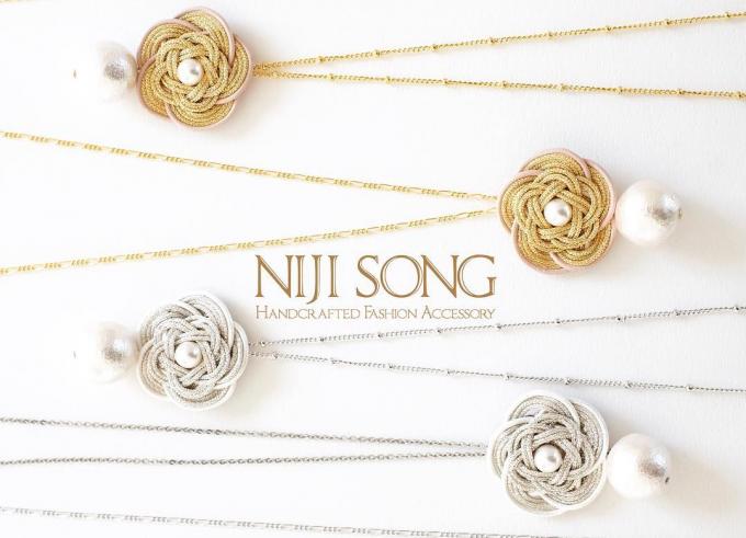 NIJI SONG(ニジソング)の椿をモチーフにしたネックレス数本とロゴ