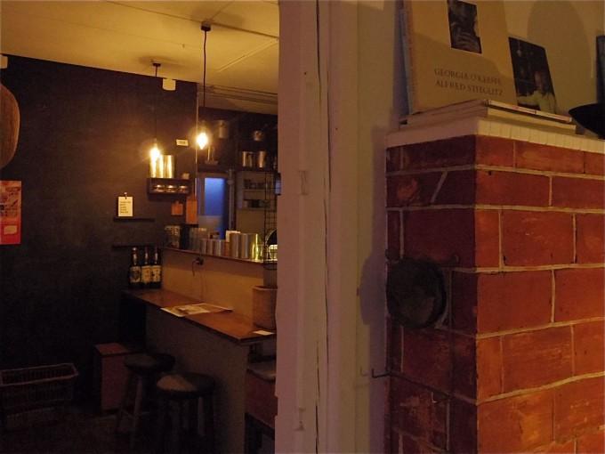 レンガの壁とバーカウンター
