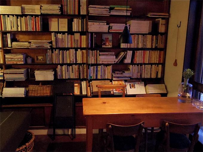 本棚とテーブル席