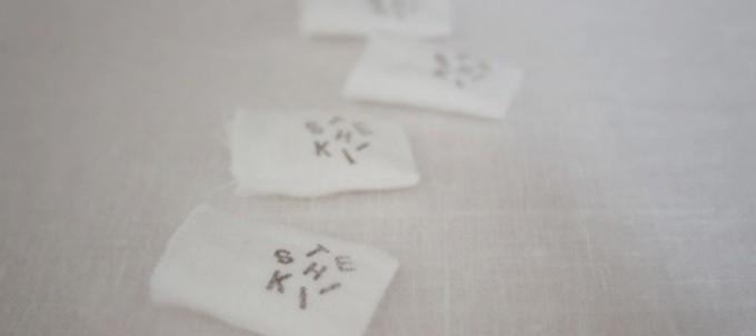 「手式(てしき)」のロゴが入った布