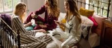 「SLEEPY SLEEPY」のスリープウェアを着る三人の女の子
