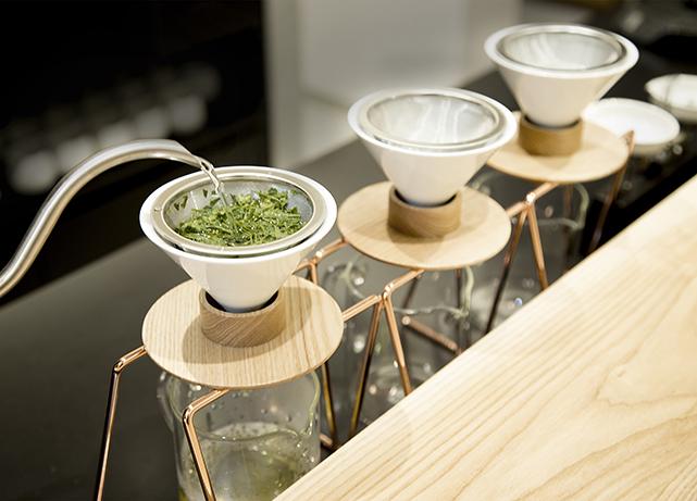 「東京茶寮(とうきょうさりょう)」のお茶をドリップしている様子