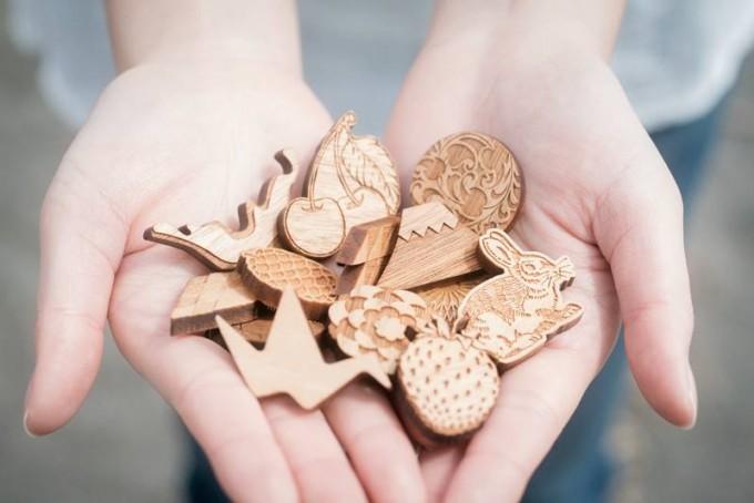 木tch(コッチ)のブローチやヘアゴムなどのクルミ材アクセサリー