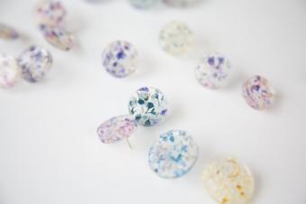 お花や雨上がりを美しくデザイン。樹脂の透明感が美しいアクセサリー「Lueur」