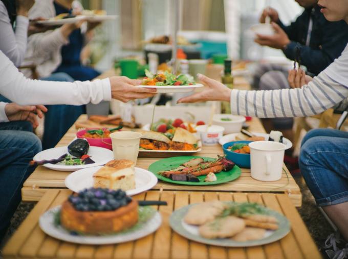 EcoSouLifeのテーブルウェアで食事をする人々