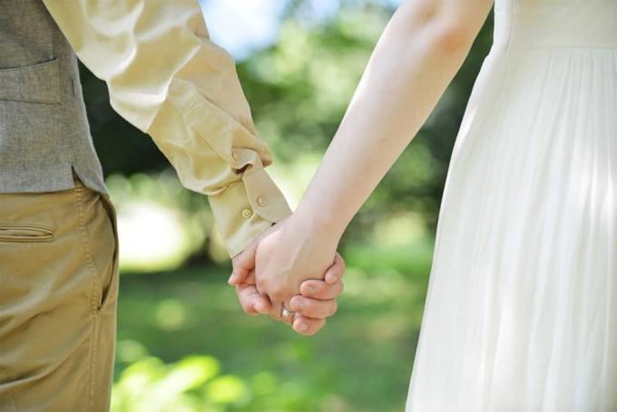 「OH!HAPPY WEDDING」の2人で手をつないでいる様子