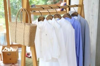 ずっと愛用できるベーシックな日常着を。遠州織物の風合いを生かした洋服「HUIS」
