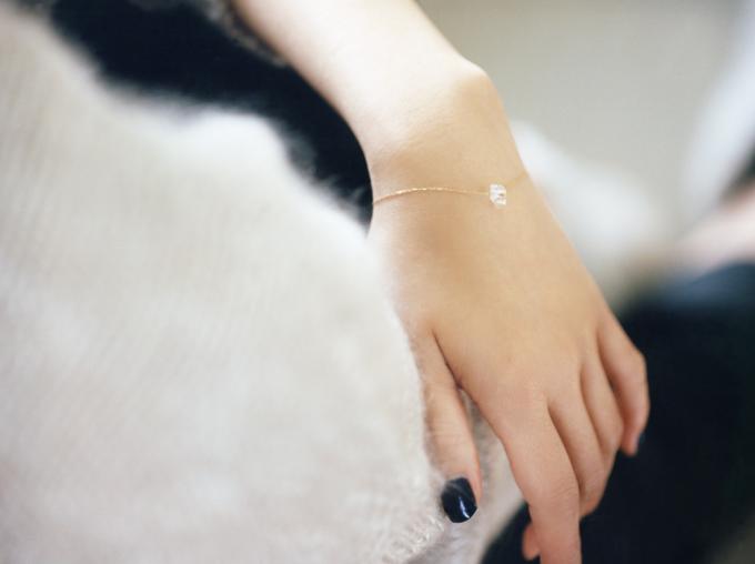 bororoの宝石のループブレスレットをつけた女性の腕