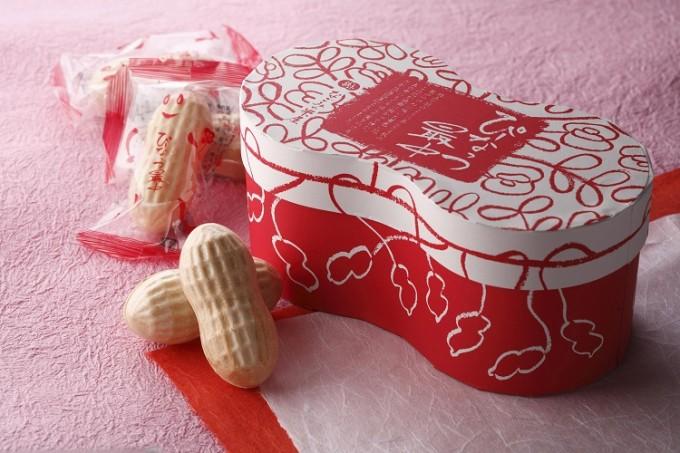 ピンクの紙に敷かれたぴーなっつ最中と赤い箱