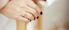 bororoの宝石のリングを二つつけた女性の指