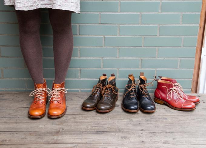 coupéの靴を履いた女性と並んだ靴数足
