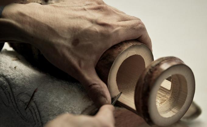 TAKANO CHIKKO(高野竹工)の竹を削る職人