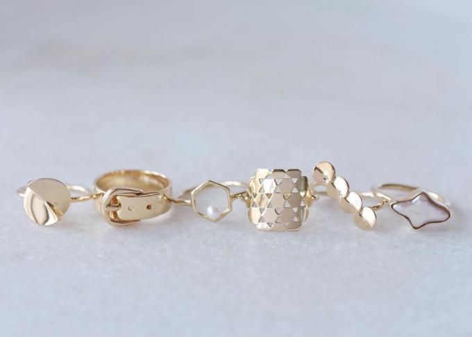 ガラスのリングホルダーに飾られたsaiaのリング4種類