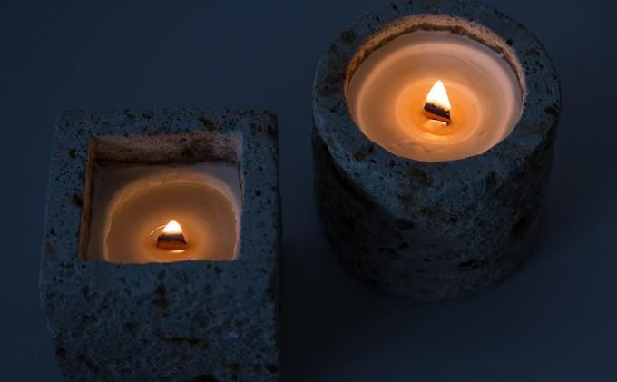 「AKARIROUSOKU」の素朴なキャンドルはパチパチと焚火のような音が