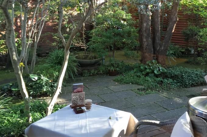 手入れの行き届いた庭園。小鳥も遊びに来る。