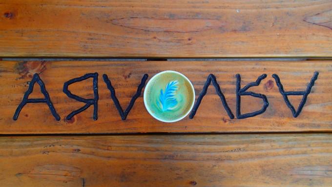 ハワイのカカアコにあるカフェ「ARVO」のタイダイラテ