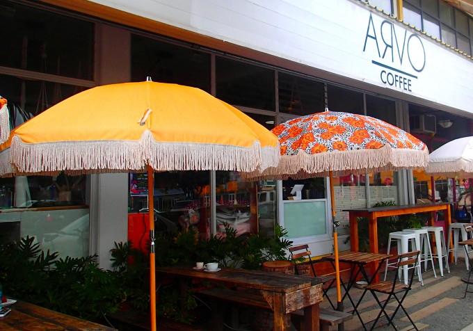 ハワイのカカアコにあるカフェ「ARVO」の入り口のパラソル