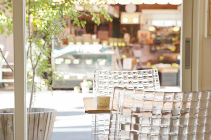 店内の透明の椅子と阿佐ヶ谷の街角
