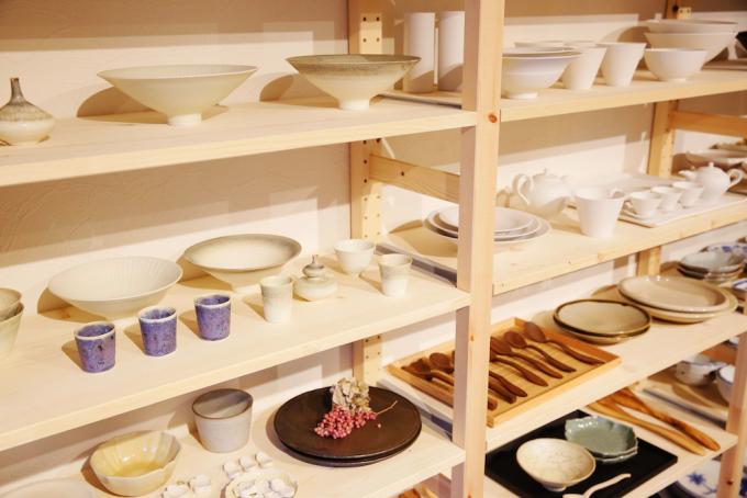 陶器や木製食器が置かれた棚