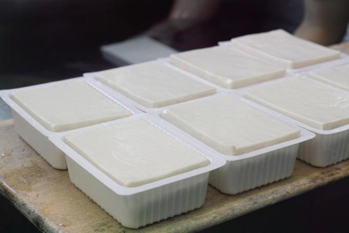 「兎豆屋(とまめや)」の絹豆腐が並ぶ様子