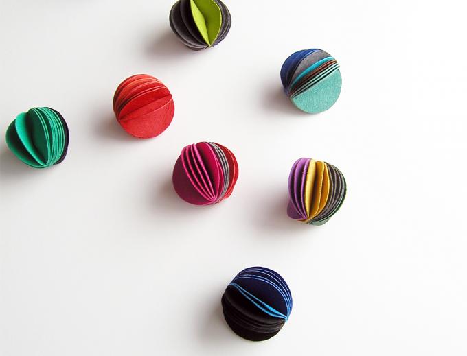 赤や紺、緑などカラフルな革の指輪