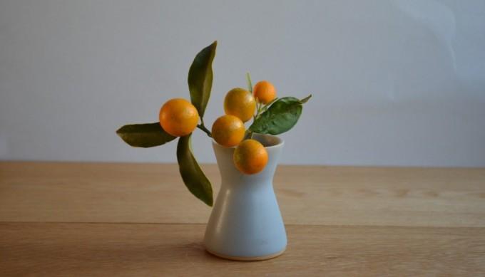 フラワーベースも直井真奈美さんの陶芸作品