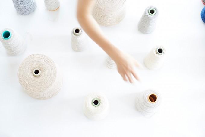 「yourwear(ユアウェア)」のイメージビジュアル。糸と手
