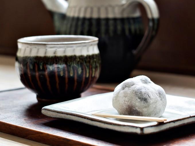「しろいくろ」の黒豆塩大福とお茶