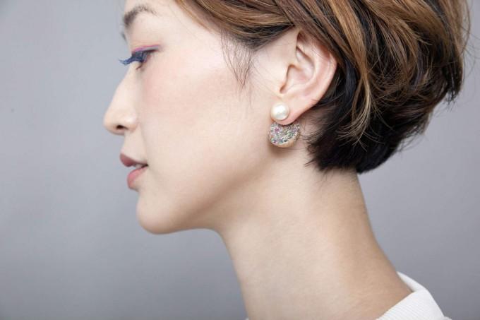 「matori(まとり)」の耳飾りを身に着けている女性