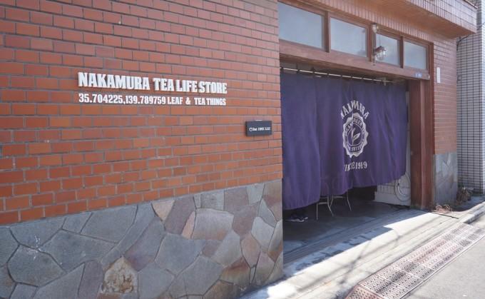 蔵前NAKAMURA TEA LIFE STOREの茶色のレンガと藍ののれんの外観