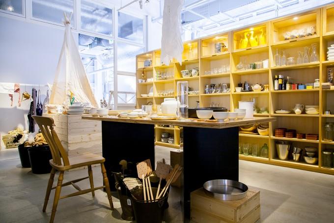 テーブルに食器が飾られている神楽坂のキュレーションストア「la kagu(ラカグ)」の店内