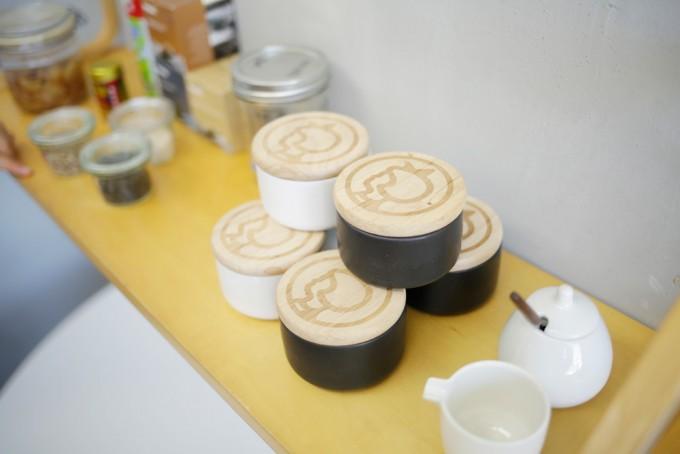 木の蓋にIrma(イヤマ)ちゃんのロゴが入った磁器のキッチンキャニスター