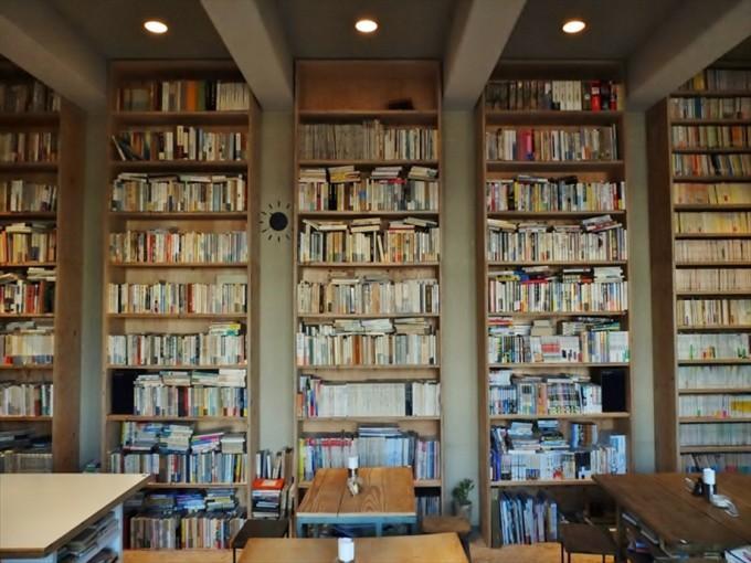 壁一面本棚のBUNDANの店内