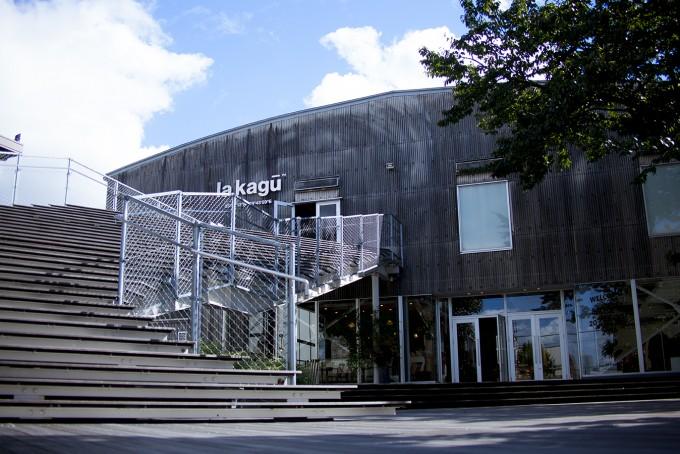 隈研吾が設計した神楽坂のキュレーションストア「la kagu(ラカグ)」の外観