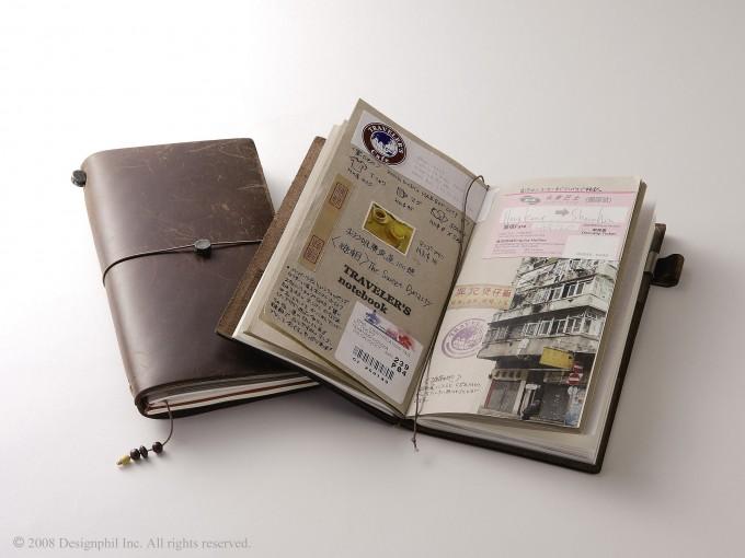 旅の記録が貼られた茶色い革の「トラベラーズノート」