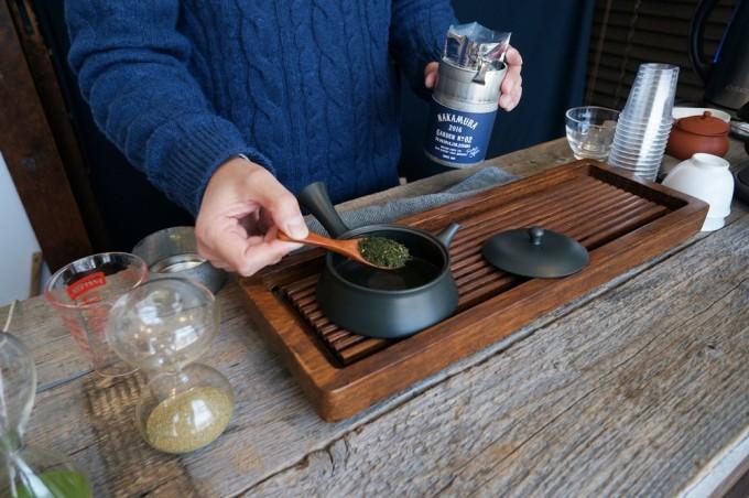 蔵前NAKAMURA TEA LIFE STOREで日本茶を入れる手元