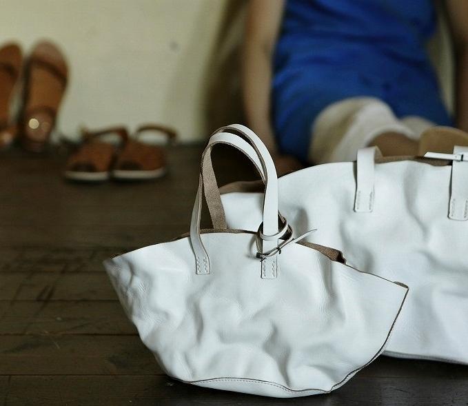ウォッシュレザーの白いバッグ大小